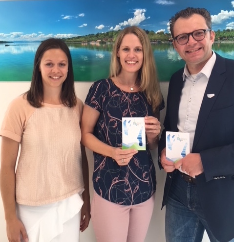 Lena Hüttl, Regionalmanagerin der gwt Starnberg GmbH mit Rebecca Albat, ALBATrosse HR-Beratung und Christoph Winkelkötter, Geschäftsführer der gwt Starnberg GmbH nach Vertragsunterzeichnung